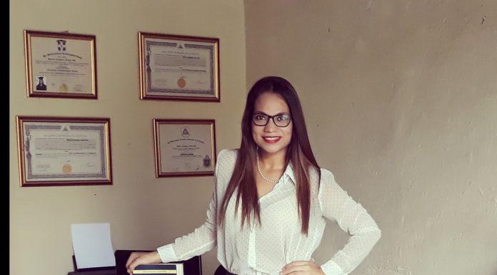 La abogada, MSc. Jessica Alexandra Flores Páiz en sus oficinas legales.