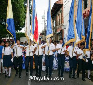 Estudiantes del Colegio Bautista en un Desfile de presentación en León, Nicaragua. El principal desfile patrio es el próximo sábado 14 de septiembre.