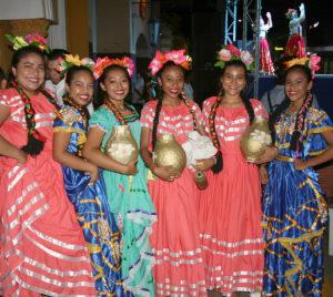 Grupo folklórico en la ciudad de León durante una de las noches de tertulia de la alcaldía.
