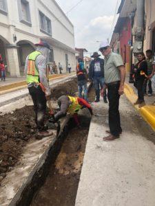 El alcalde de León, Róger Gurdián, supervisando obras del Bulevar de Madroños en la calle principal de esta ciudad universitaria.