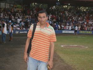 Orlando Chavez Esquivel cubriendo deportes para el Tayakán.
