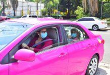 Julia Wilson, piloto certificada, conduce una unidad de los taxis rosas que llevan por nombre 'Taxi Sheula', este jueves, en San Pedro Sula (Honduras). EFE/José Valle