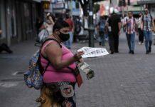 En la zona urbana la pobreza llegó al 26,4 % y en la rural al 25,5 %, lo que supone incrementos de 6,6 y 1,3 puntos porcentuales, respectivamente, con respecto al año pasado. EFE/Jeffrey Arguedas/Archivo