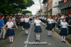 Estudiantes leonesas en el desfile de presentación del 7 de septiembre.