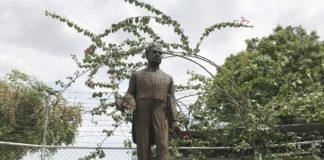 Monumento a Rubén Darío en el colegio La Salle, diagonalmente opuesto al Museo Archivo Rubén Darío, en la ciudad de León, Nicaragua.