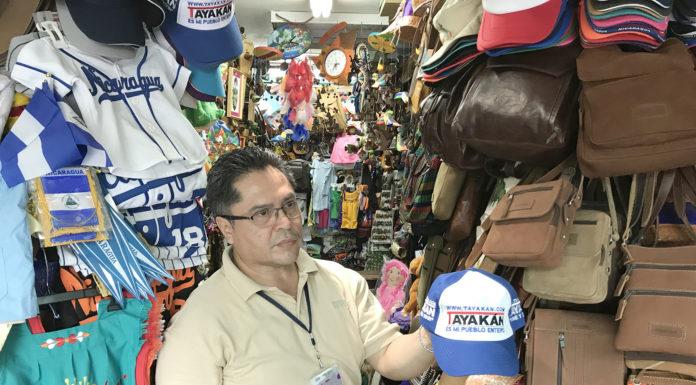 Don Javier Pavón tiene las gorras Tayakán a la venta en el Aeropuerto Augusto César Sandino en Managua, Nicaragua.
