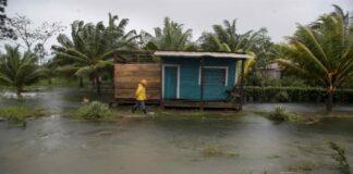 Un hombre camina en frente de su casa inundada, en la comunidad pista 43, durante el paso del huracán ETA el 4 de noviembre de 2020, en la costa caribe norte en Bilwi (Nicaragua). EFE/Jorge Torres