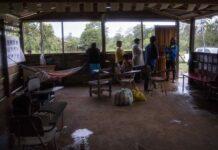 Varias personas se resguardan en un albergue debido a que sus viviendas fueron afectadas por las intensas lluvias y vientos por el paso del huracán ETA hoy, 3 de noviembre de 2020, en la costa caribe norte de Bilwi. EFE/ Jorge Torres