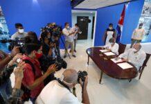 Firma de acuerdo de cooperación entre Rodrigo Malmierca (d), Ministro cubano de Comercio Exterior e Inversión Extranjera, y Mary Blanca Ortega, Jefa de la Oficina Nacional de Administración Tributaria (ONAT), durante la inauguración de la Ventanilla Única de Inversión Extranjera (VUINEX), hoy en La Habana (CUBA). EFE/Yander Zamora