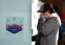 Un votante emite su voto en Shadow Ridge High School en Las Vegas, Nevada, EE.UU., este 3 de noviembre de 2020. EFE/EPA/DAVID BECKER