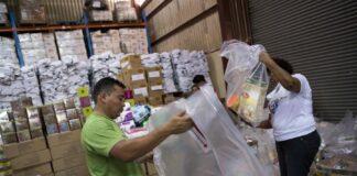 Miembros de la Cruz Roja nicaragüense empacan víveres que serán entregados a las personas afectadas por los huracanes Iota y Eta hoy, 24 de noviembre de 2020, en Managua (Nicaragua). EFE/Jorge Torres