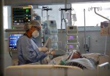 Una médica observa a un paciente en la Unidad de Cuidados de Intensivos, en el hospital Emilio Ribas en Sao Paulo (Brasil). EFE/Sebastiao Moreira/Archivo
