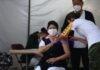 Personal médico recibe hoy la vacuna de Pfizer contra la covid-19, en Ciudad de México (México). EFE/Sáshenka Gutiérrez