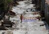 Un niño camina por una calle aún cubierta de lodo tras el paso de las tormentas tropicales Eta y Iota, en La Lima (Honduras). EFE/Germán Reyes/Archivo
