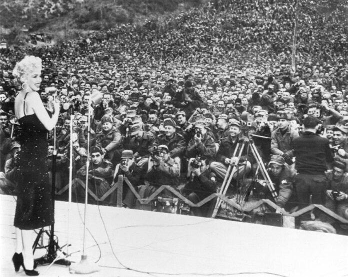 La actriz Marilyn Monroe durante un alto en un viaje a Japón acompañando a su marido, el deportista Joe Dimagio, para animar a los soldados estadounidenses que se encuentran destinados en una Base Militar de Corea. EFE/yv/Archivo