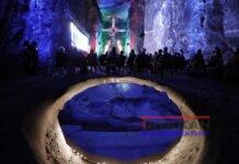 Visitantes observan una proyección en las rocas salinas de los socavones de la Catedral de Sal de Zipaquirá hoy, en Zipaquirá (Colombia). La Catedral de Sal de Zipaquirá, primera maravilla de Colombia, celebra este miércoles 25 años desde su inauguración. EFE/ Mauricio Dueñas Castañeda
