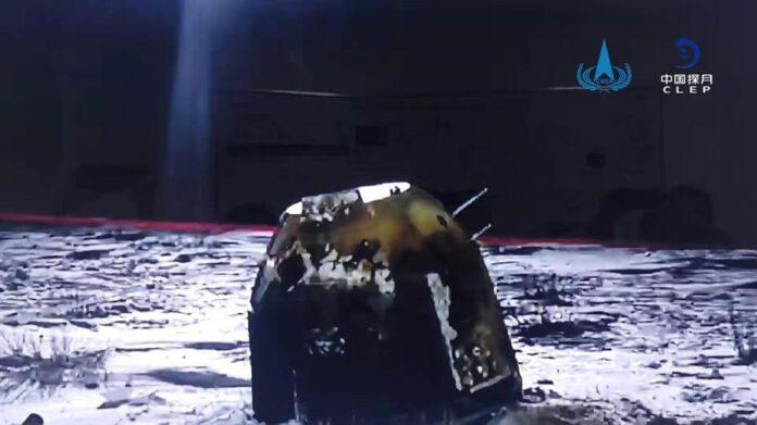 Una foto distribuida por la Administración Espacial Nacional de China (CNSA) muestra la cápsula de la sonda Chang'e-5 de China tras aterrizar en Siziwang Banner, Región Autónoma de Mongolia Interior, China, el 17 de diciembre de 2020. La cápsula de retorno de la sonda china Chang'e-5 aterrizó en la Tierra trayendo de vuelta las primeras muestras de la Luna en más de 40 años. EFE/EPA/ CHINA NATIONAL SPACE ADMINISTRATION
