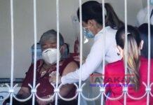 Personal del ministerio de Salud fue registrado este jueves al vacunar a Elizabeth Castillo (i), quien fue la primera persona en ser innoculada contra la covid-19, en San José (Costa Rica). EFE/Jeffrey Arguedas
