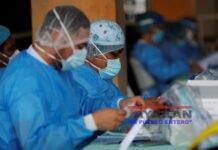 Personal médico del ministerio de salud de Panamá (MINSA), manipula una prueba de hisopado nasal para detectar la covid-19 en un puesto médico en el distrito de San Miguelito en Ciudad de Panamá (Panamá). EFE/Bienvenido Velasco/Archivo