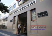 Un funcionario de la salud permanece en una entrada del hospital San Juan de Dios, hoy en San José. EFE/Jeffrey Arguedas
