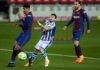 El centrocampista del Real Madrid Luka Modric (c) juega un balón ante Edu Expósito, del Eibar, durante el partido de Liga del pasado domingo en el estadio Ipurúa. EFE/Juan Herrero/Archivo