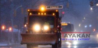 Vista de un camión que esparce sal en Nueva York para derretir nieve, este 16 de diciembre de 2020, ante el temporal que amenaza a la costa este de EE.UU . EFE/Justin Lane