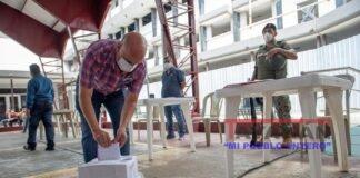 Un hombre participa en el primer simulacro electoral de las Elecciones Generales 2021 de Ecuador hoy,en Guayaquil (Ecuador). EFE/ Marcos Pin