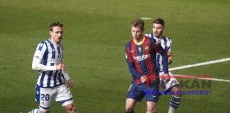 El defensa de la Real Sociedad Nacho Monreal (i) disputa un balón con el centrocampista holandés del FC Barcelona Frenkie de Jong (c), durante el partido de la primera semifinal de la Supercopa de España disputado este miércoles en el estadio Nuevo El Arcángel de Córdoba. EFE/ Rafa Alcaide
