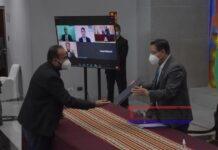El presidente de Bolivia Luis Arce recibe el contrato para la adquisición de las vacunas de Oxford y AstraZeneca, hoy en La Paz. EFE