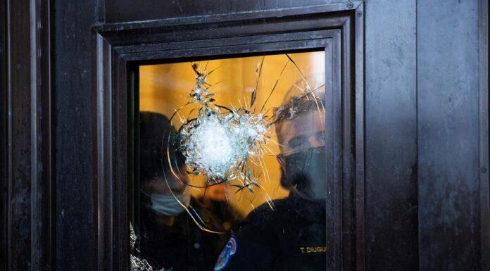 Policías observan desde un vidrio roto del Capitolio después del asalto a la institución por parte de manifestantes pro-Trump, el 6 de enero de 2021 en Washington (EE.UU.) EFE/EPA/MICHAEL REYNOLDS
