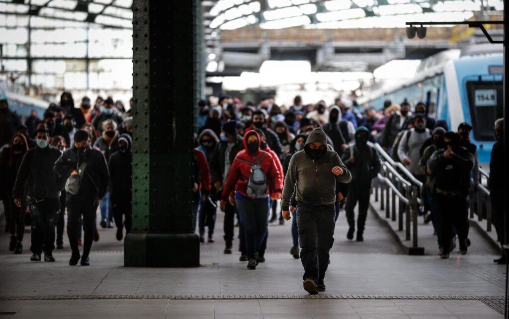 Cientos de personas caminan por la estación ferroviaria de Constitución