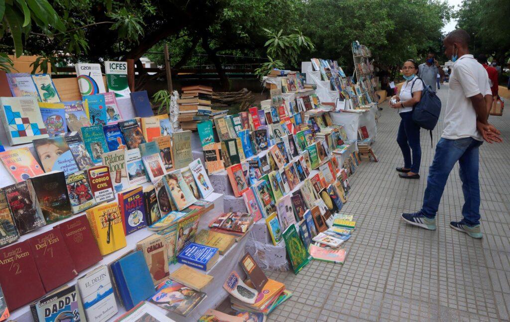 personas viendo libros